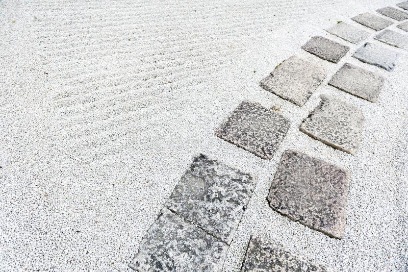 Gehweg in einem japanischen Steingarten oder in einem Zengarten mit dem Kies bedeckt auf dem Boden stockbild