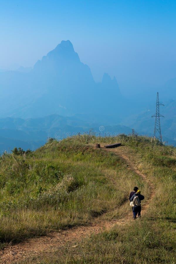 Gehweg entlang Berg bei Phou Khoun stockbild