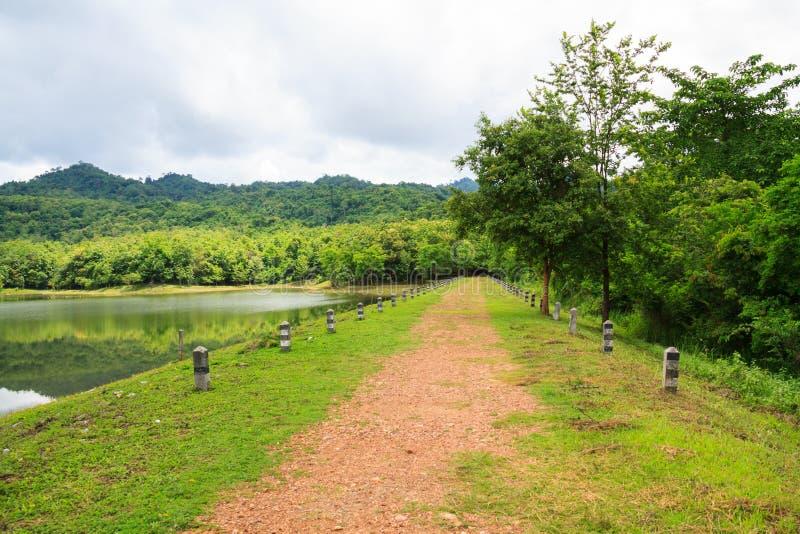 Gehweg entlang dem Reservoir zu Jedkod-Wasserfall, Saraburi, stockbilder