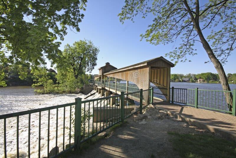 Gehweg und abgedeckte Brücke lizenzfreies stockbild