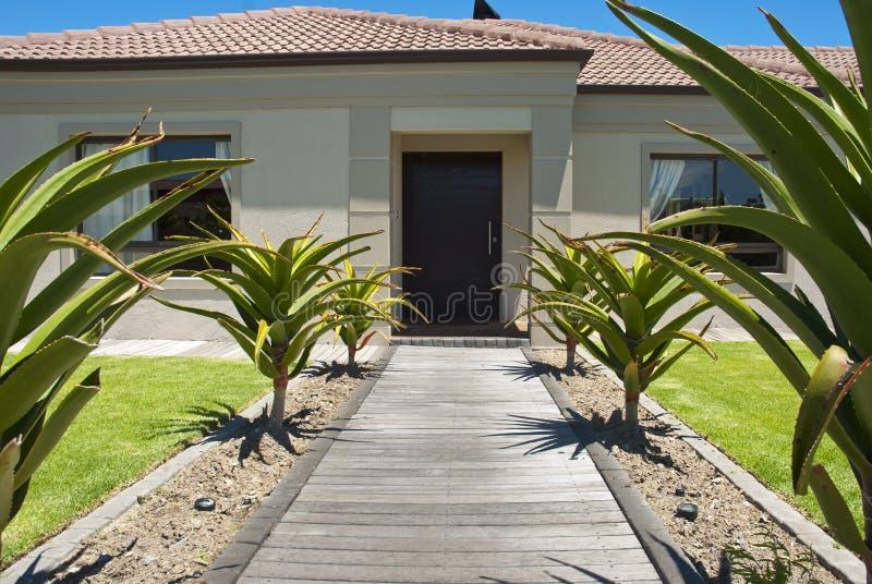 Gehweg und Haustür eines Hauses stockbilder