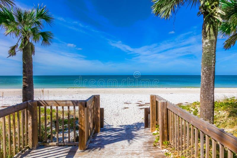 Gehweg, zum auf Anna Maria Island in Bradenton Florida auf den Strand zu setzen stockbild