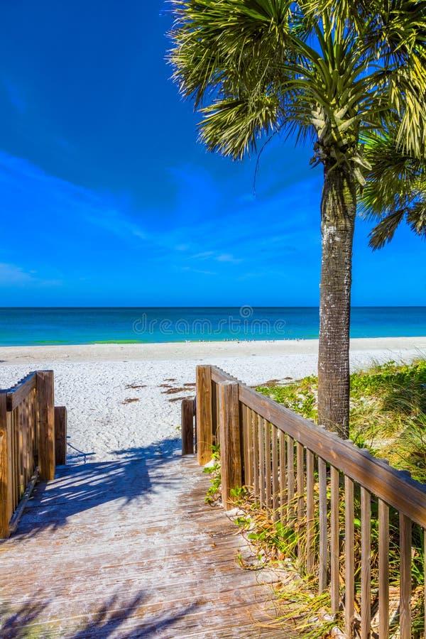 Gehweg, zum auf Anna Maria Island in Bradenton Florida auf den Strand zu setzen stockfotos