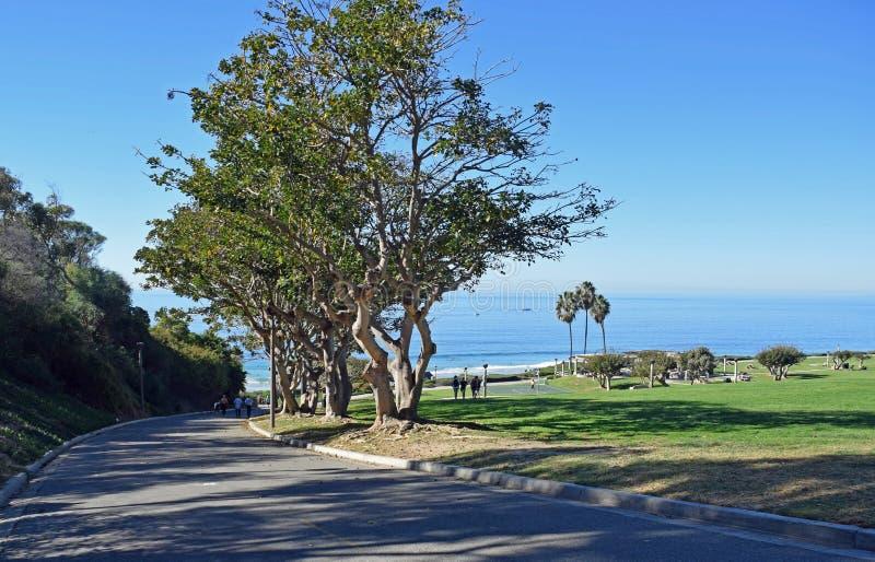 Gehweg, zum des Nebenfluss-Strand-Parks in Dana Point, Kalifornien zu salzen stockfotografie