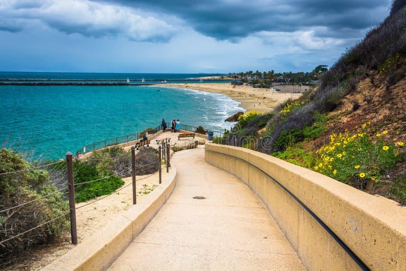 Gehweg zum Strand am Inspirations-Punkt in Corona del Mar lizenzfreie stockfotos