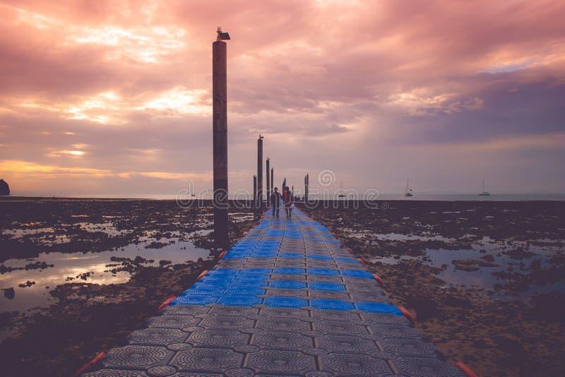 Gehweg, zum und Ansicht des Meerblicks mit Sonnenaufgang an Railay-Strand zu beherbergten stockfotos