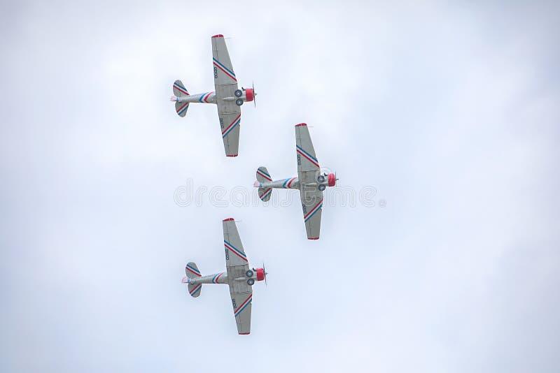 Geico Skytyper美国空军队作战飞机在形成特写镜头的三重奏飞行 库存图片