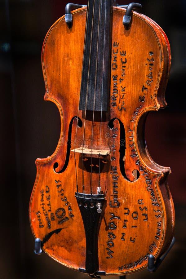 Geige oder Violine, die Volkshelden Woody Guthrie geh?rten lizenzfreie stockfotografie