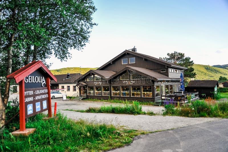 GEILO, NORUEGA - EM JULHO DE 2015: Restaurante pequeno agradável na cidade de Geilo, Noruega imagens de stock