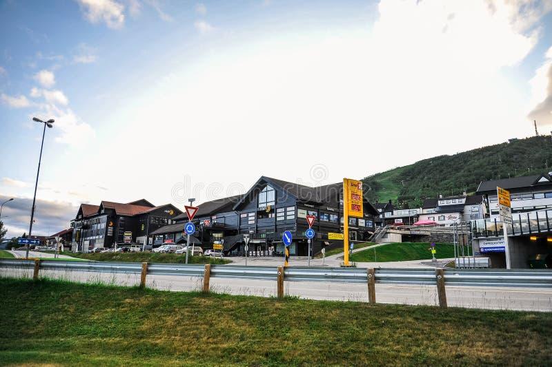 GEILO, NORUEGA - EM JULHO DE 2015: Sentrum de Geilo, um complexo pequeno do entretenimento na cidade de Geilo, Noruega fotos de stock royalty free