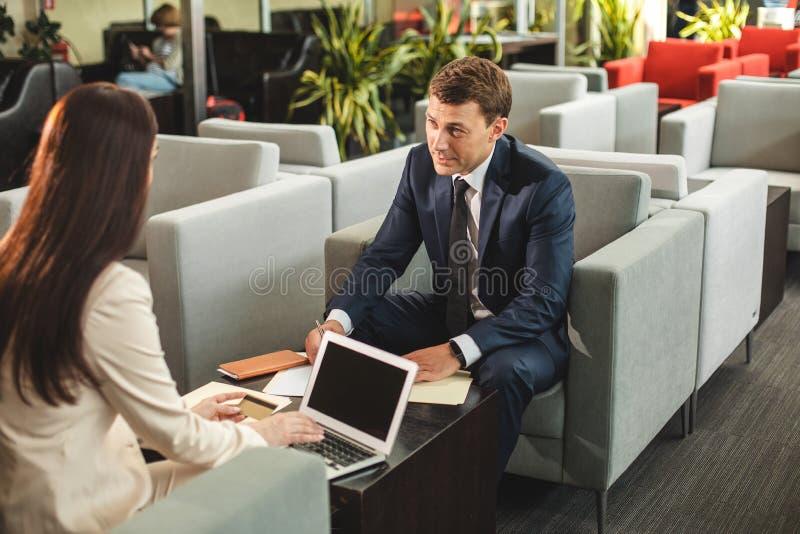 Geinteresseerde bedrijfsmensen die contract maken in koffie geldig stock afbeeldingen