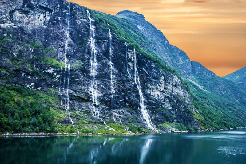 Geiranger海湾,挪威:与山和瀑布的风景 库存照片