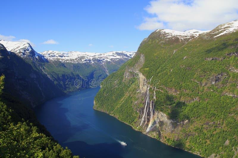 Geiranger fjord, färja, berg Härlig natur Norge arkivbilder