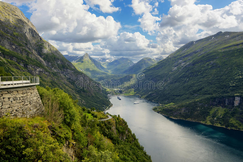 Geiranger fjord, härlig natur Norge Det är en 15 kilometer & x28; royaltyfria foton