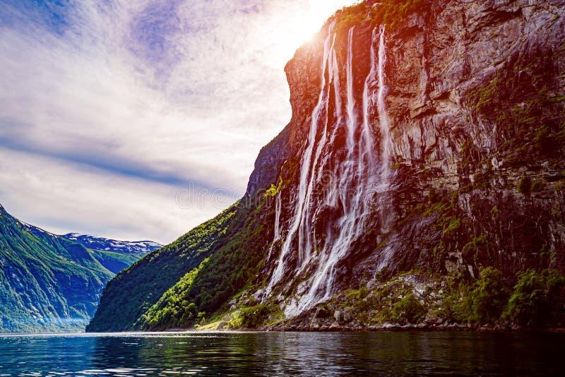 Geiranger fjord, siklawy Siedem siostry Pi?knej natury Norwegia naturalny krajobraz obrazy royalty free