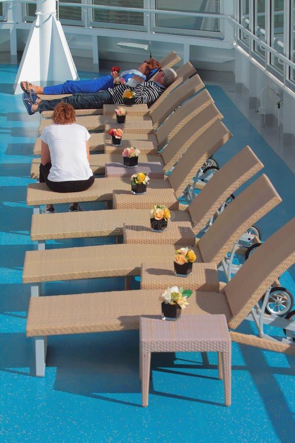 Geiranger Norge - Juli 09, 2018: Turister i vardagsrumzon på däck av kryssningeyeliner royaltyfri fotografi