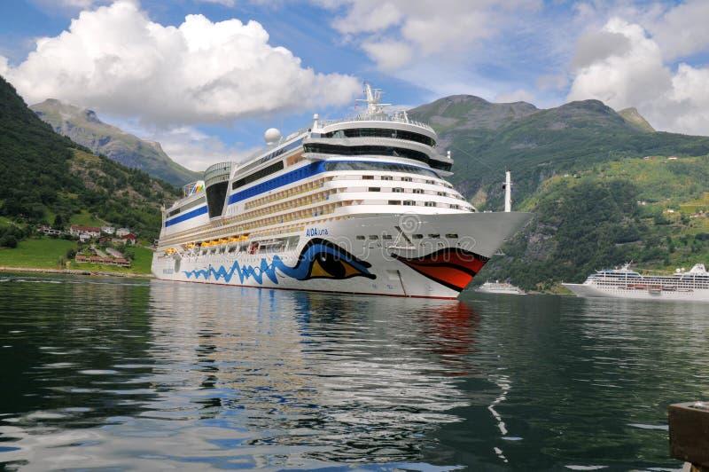 Geiranger, Noruega. Barco de cruceros AIDA Luna fotografía de archivo