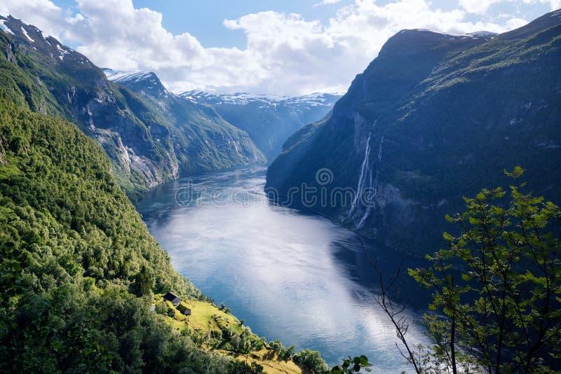 Geirangerfjord-Fjord und der Wasserfall mit sieben Schwestern, Norwegen lizenzfreie stockfotos