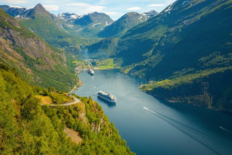 Geirangerfjord, Noruega - 26 06 2018: Barco de cruceros en el fiordo en verano, Noruega de Geiranger imagen de archivo libre de regalías