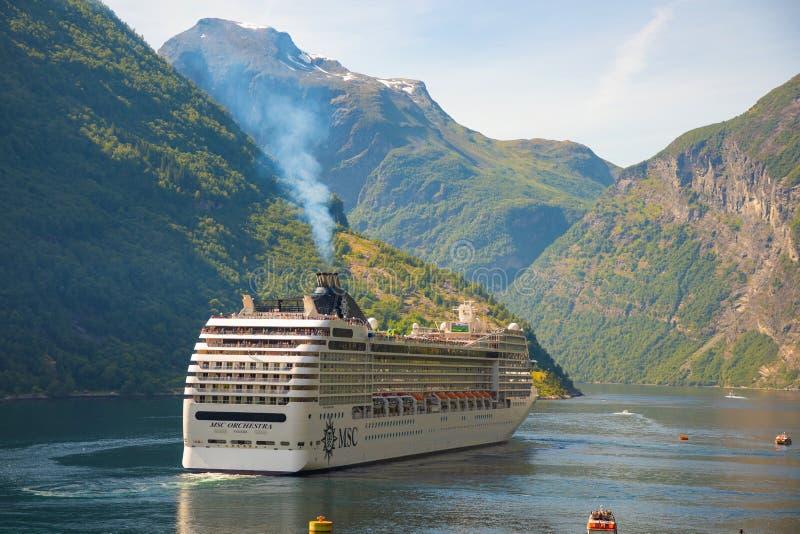 Geirangerfjord, Norvège - 26 06 2018 : Bateau de croisière sur le fjord de Geiranger en été, Norvège photographie stock