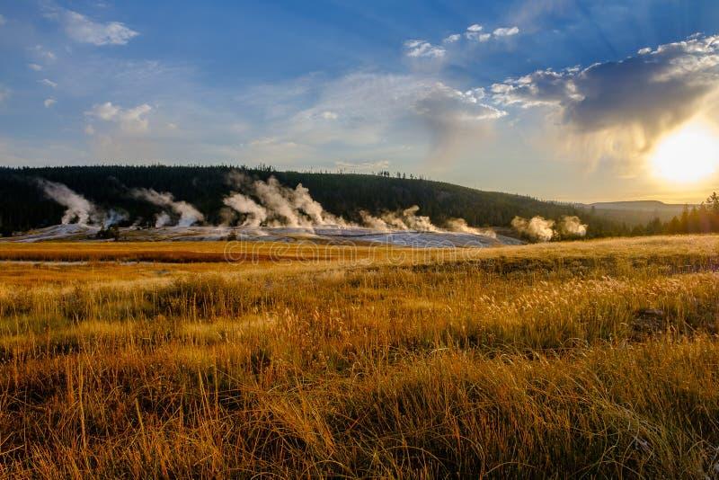Geisergebied dichtbij Oude Gelovige Herberg, het Nationale Park van Yellowstone royalty-vrije stock fotografie