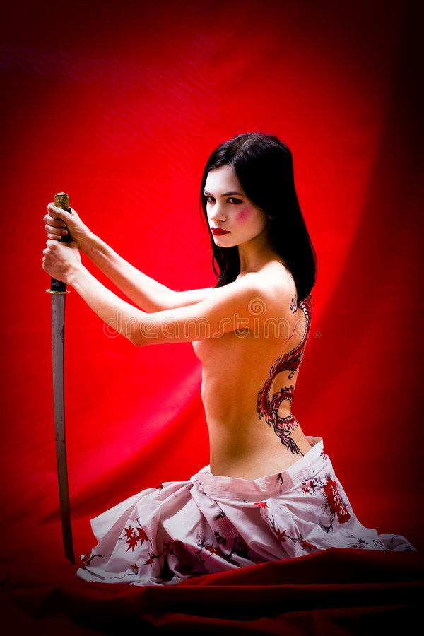 Geisha con la espada y el tatuaje fotografía de archivo