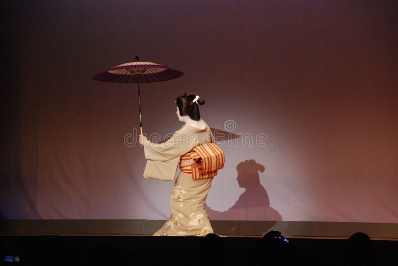Geisha de danse images stock