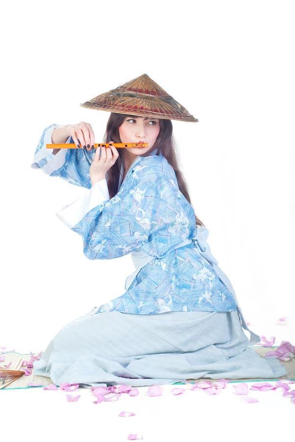 Geisha en kimono azul imagenes de archivo