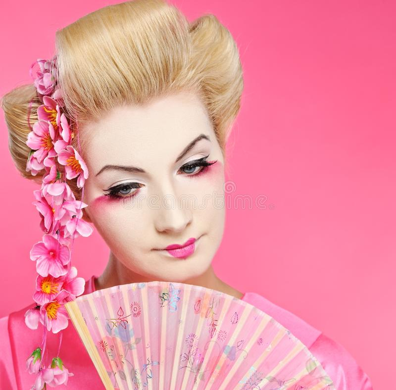 Geisha hermoso con el ventilador foto de archivo libre de regalías