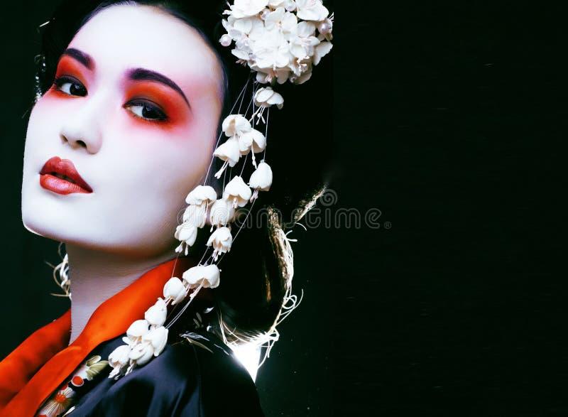 Geisha i kimono på svart royaltyfri fotografi