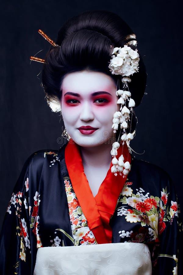 Geisha i kimono på svart royaltyfria bilder
