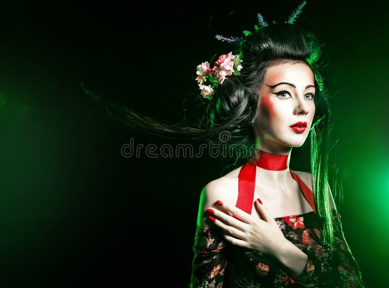 Geisha met haar en make-up in een kimono royalty-vrije stock afbeeldingen