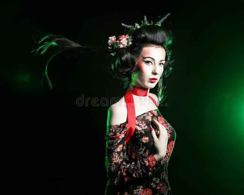 Geisha met het kapsel en make-up in een kimono stock afbeeldingen