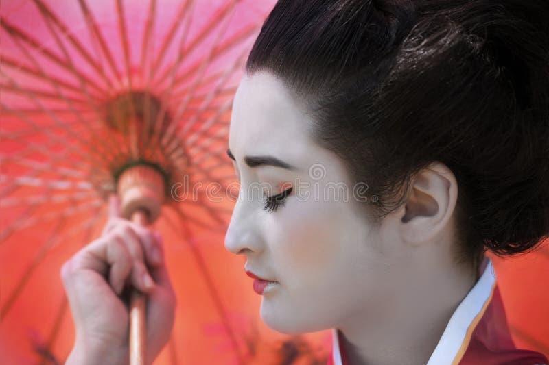 Geisha met rode paraplu stock foto's