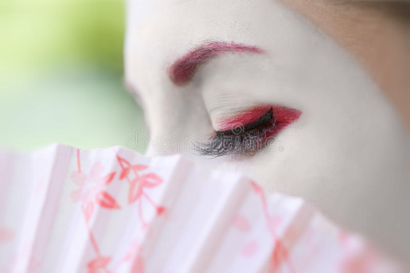 Geisha met ventilator (close-up, groene achtergrond) royalty-vrije stock afbeelding