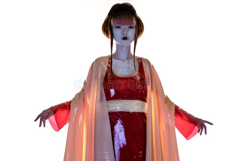 Geisha moderna in vestiti rossi e rosa del lattice immagine stock