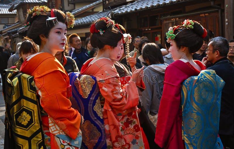 Geisha parlant dans la rue image stock