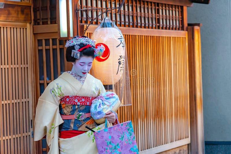 Geisha que lleva el kimono tradicional del vestido que sale de una casa de té imágenes de archivo libres de regalías