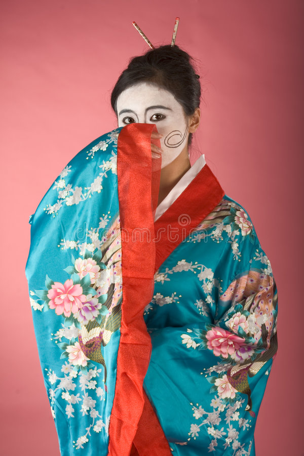Geisha tímido en yukata foto de archivo