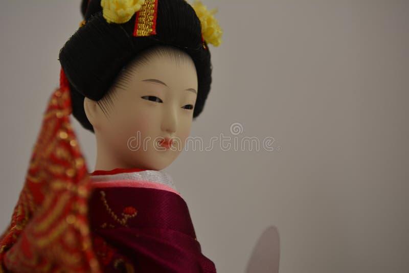 Geishapop met een geheime glimlach royalty-vrije stock foto's
