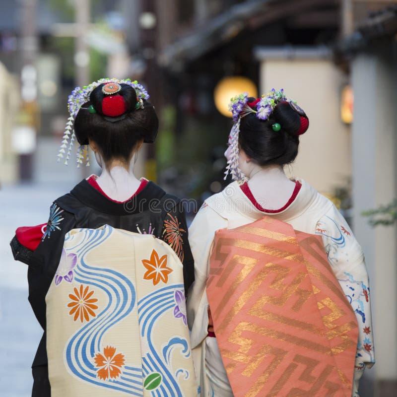 Geishas auf ihren Rückseiten lizenzfreie stockbilder