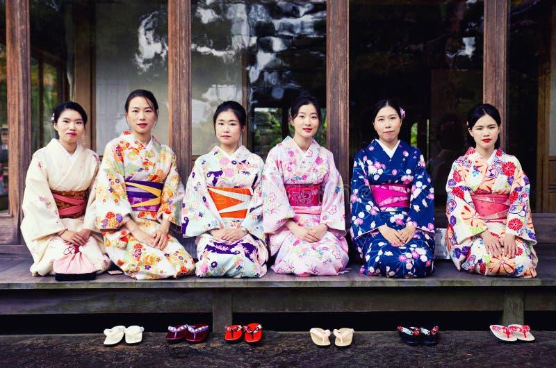 Geishas i den Yoshikien trädgården i Nara royaltyfri foto