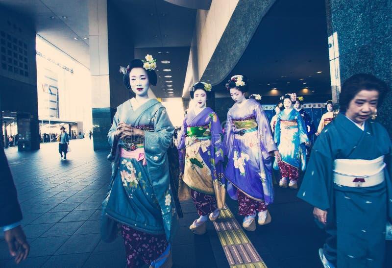 Geishas ou élèves des geisgas photo stock
