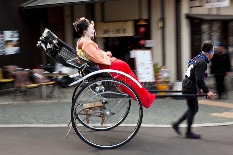Geishas som reser i en rickshaw, Kyoto, Japan arkivfoton