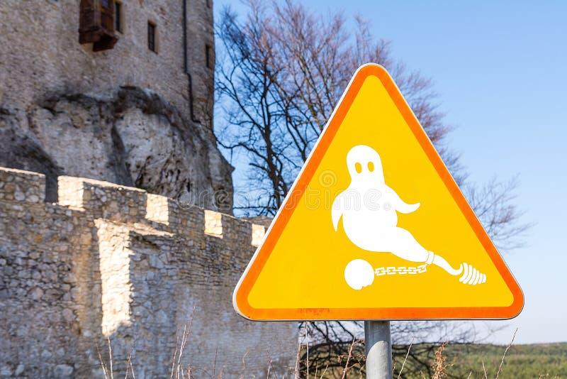 Geist auf dem Zeichen nahe dem Schloss in Bobolice Polen stockbild