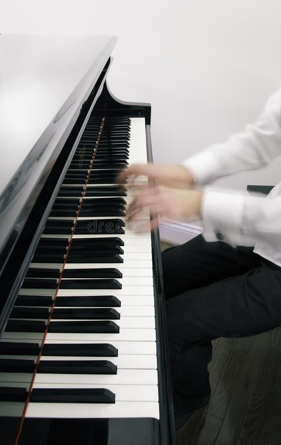 Geist-Hände auf Klavier stockfoto