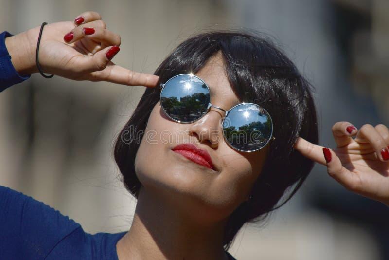 Geisteskranke weibliche Frauen-tragende Sonnenbrille stockfotos