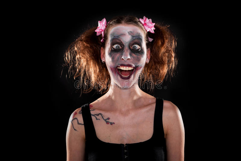 Geisteskranker weiblicher Clown vor Schwarzem stockbilder