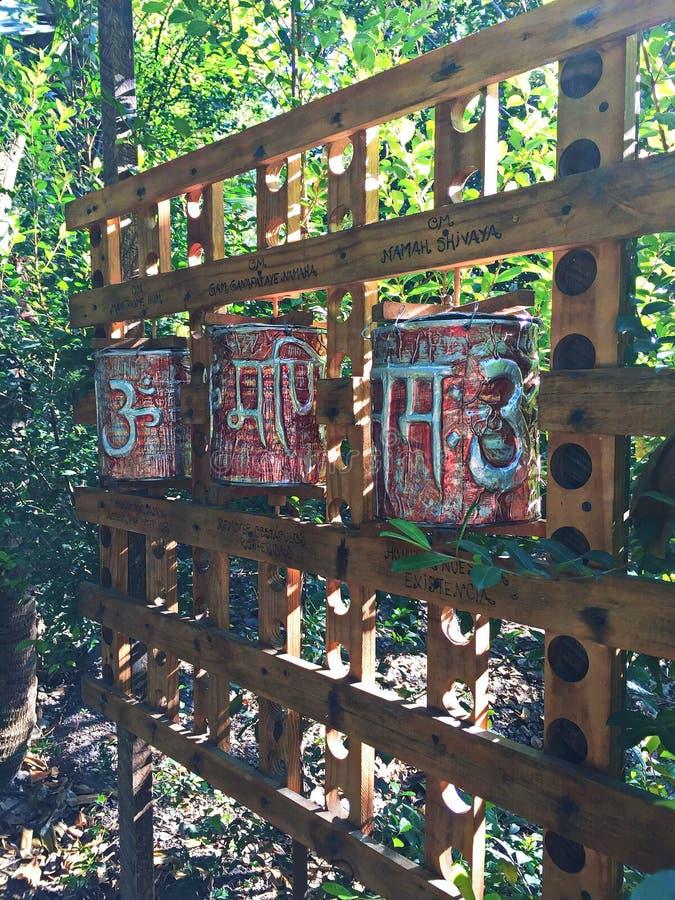 Geistige Gebets-Kästen in einem Wald stockfotos