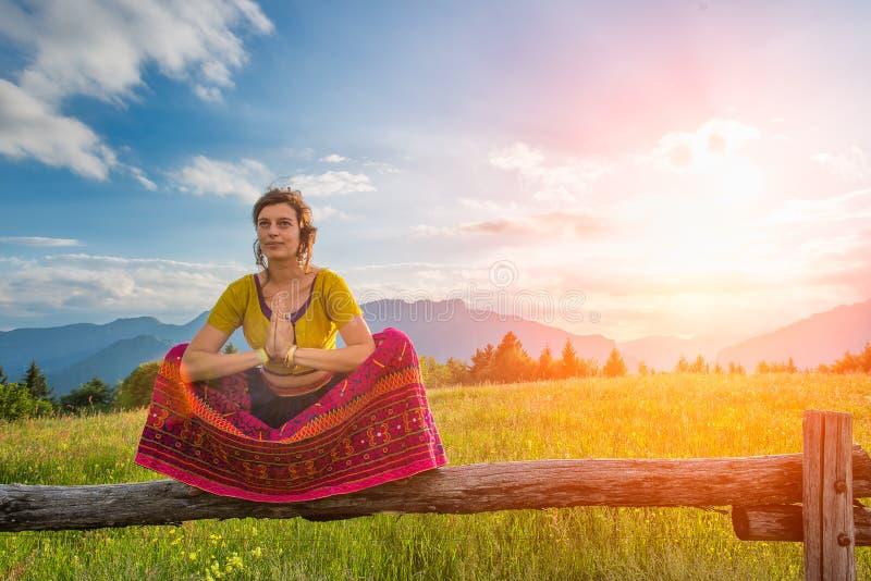 Geistige Praxis eines Mädchens, das auf Zaun sitzt lizenzfreies stockfoto